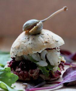 Miniatuurne valge kala burger