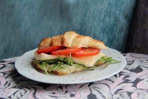 UUS! Croissant mozzarella juustu-tomatiga
